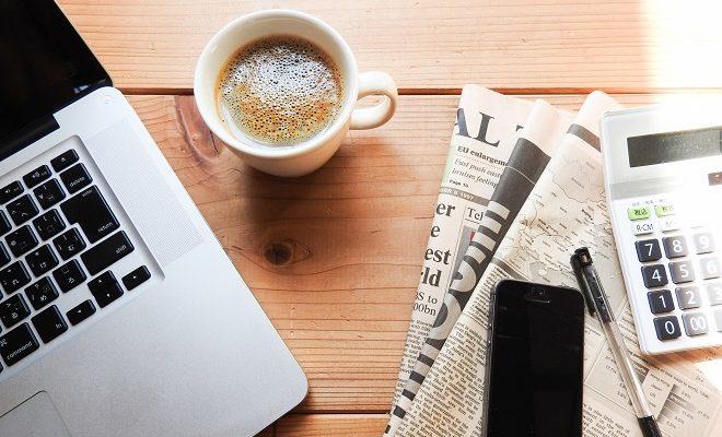 コーヒーとパソコンと新聞